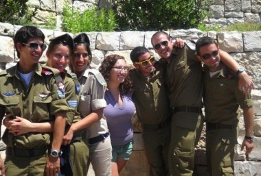 Birthright Israel participant with Israeli soldiers.